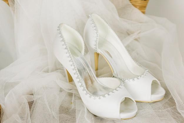 Sapatos de casamento com um véu