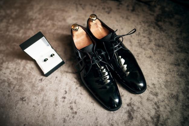 Sapatos de casamento e abotoaduras
