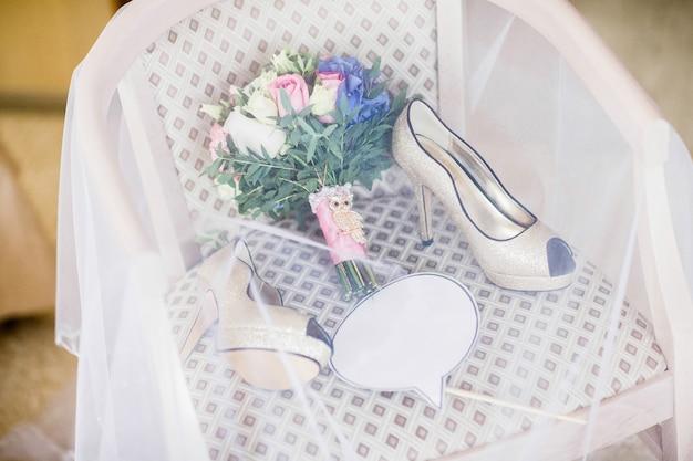 Sapatos de casamento e buquê