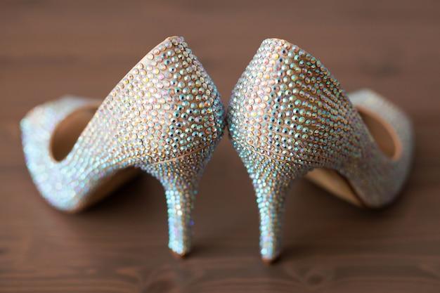 Sapatos de casamento elegantes com strass coloridos