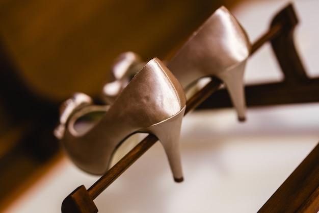 Sapatos de casamento em seu casamento isolado em um quarto