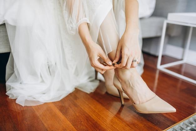 Sapatos de casamento em uma noiva no dia do casamento
