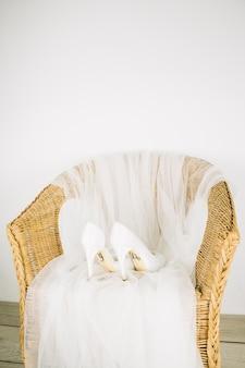 Sapatos de casamento em uma poltrona
