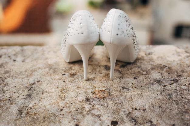 Sapatos de casamento no fundo da piscina