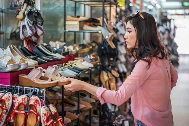 Sapatos de compras de mulher em uma loja