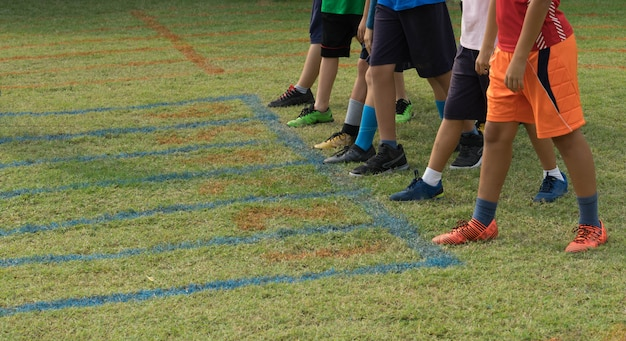 Sapatos de corredores no ponto de partida para pista de grama de corrida