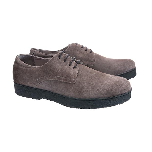 Sapatos de couro camurça para homens isolados na superfície branca