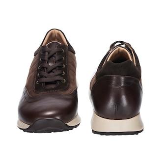 Sapatos de couro combinados, tênis de couro marrom e camurça isolados na superfície branca