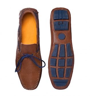 Sapatos de couro de barco de moda masculina e piso de borracha com perfil de vista superior isolado no branco