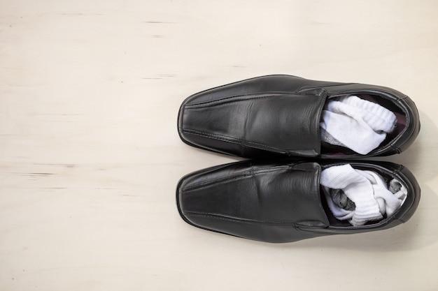 Sapatos de couro e meias masculinas