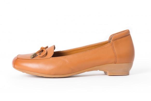 Sapatos de couro femininos isolados no branco