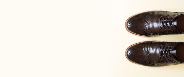 Sapatos de couro marrom formal da moda masculina, vista superior com espaço de cópia