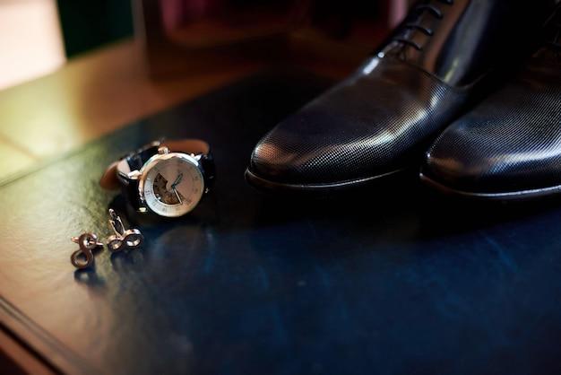 Sapatos de couro masculinos, relógio e abotoaduras