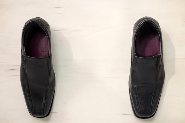 Sapatos de couro para homem em madeira