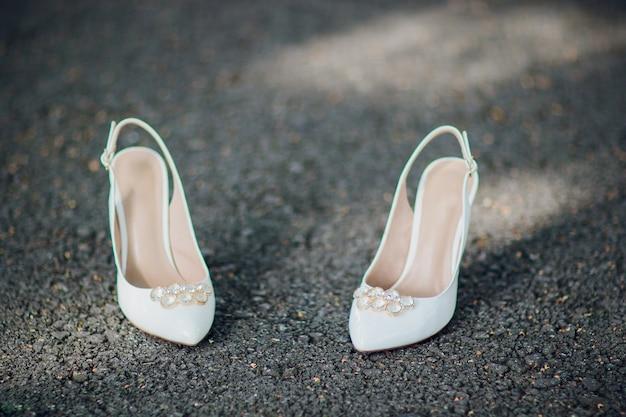 Sapatos de couro preto de luxo em close-up do asfalto.