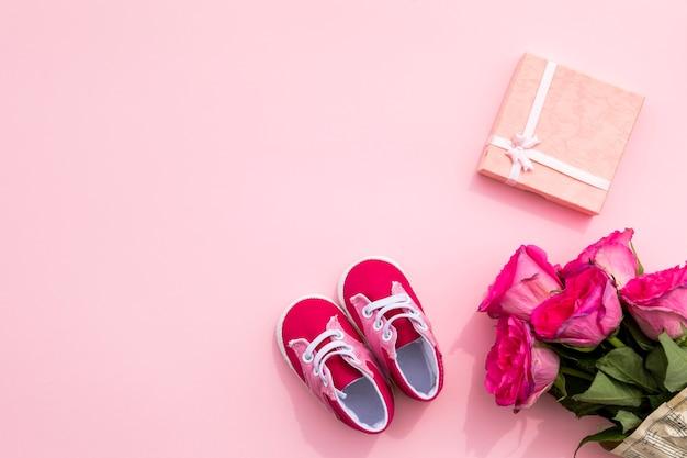 Sapatos de criança e presente para o aniversário