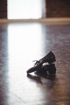 Sapatos de dança no chão de madeira