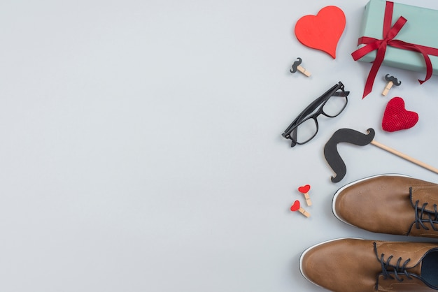 Sapatos de homem com óculos e caixa de presente