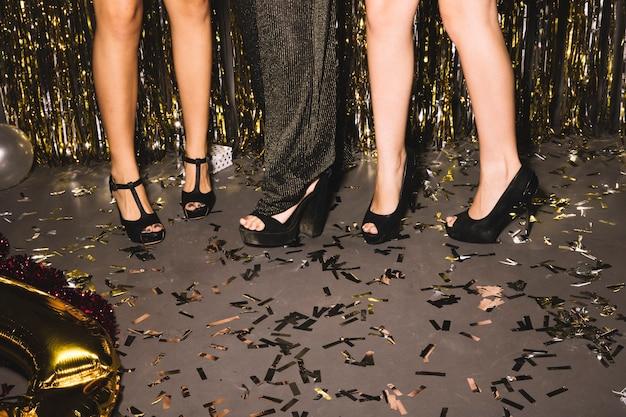 Sapatos de meninas em uma festa