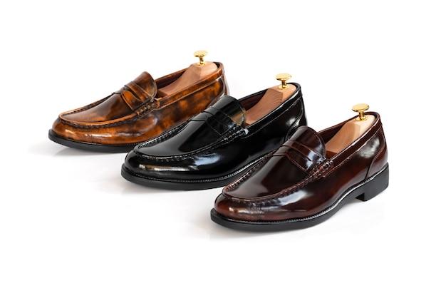 Sapatos de mocassim de coleção de couro de moda masculina com árvore de sapato (apoiador de forma) isolado no branco.