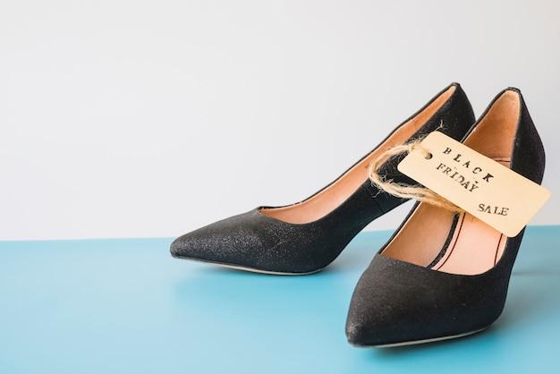 Sapatos de mulher com etiqueta de venda