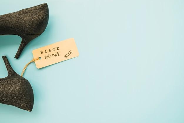 Sapatos de mulher com inscrição de venda sexta-feira negra