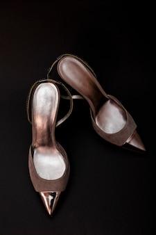 Sapatos de mulher de couro prata isolados em preto