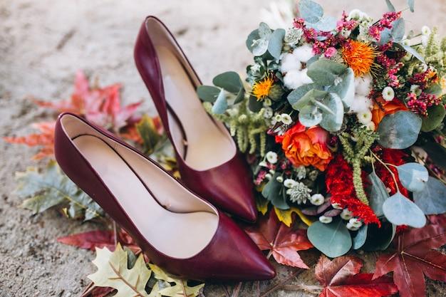 Sapatos de mulher e buquê de flores