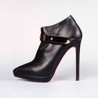 Sapatos de mulher isolados no fundo branco