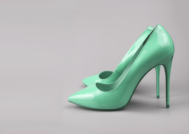 Sapatos de mulheres azuis elegantes modernos filmado em estúdio