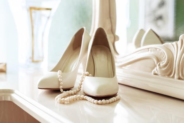 Sapatos de mulheres nupciais. o conceito de casamento e celebração.