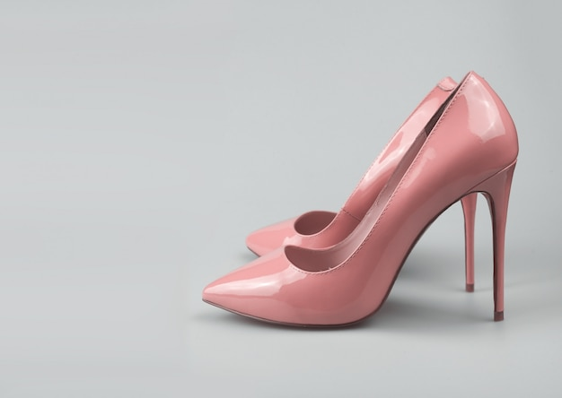 Sapatos de mulheres rosa na moda modernos, filmado em estúdio