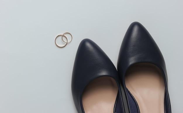 Sapatos de noiva alianças de casamento em um fundo branco