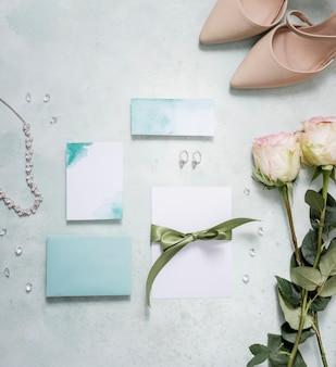 Sapatos de noiva ao lado do cartão de casamento