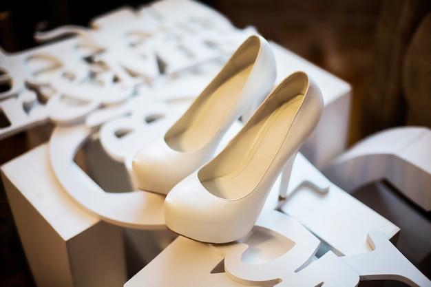 Sapatos de noiva brancos, taxas de noiva manhã de noiva, sapatos de senhoras, casamento moda casamento, sapatos elegantes