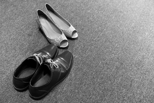 Sapatos de noiva e melancolia no chão de carpete, conceito de casamento