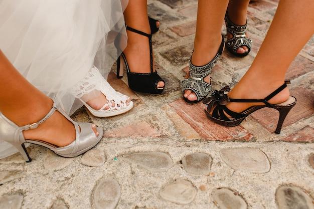 Sapatos de noiva em seu casamento vestindo os pés da noiva