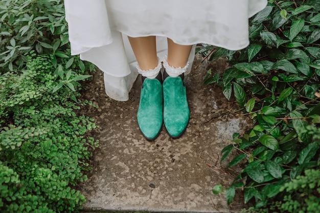 Sapatos de pés de noiva elfo verde arbustos vestido