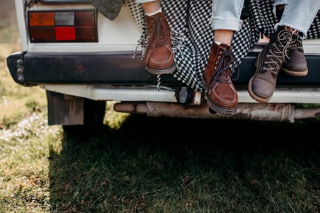 Sapatos de pessoas em uma van ao ar livre