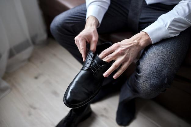 Sapatos de roupa de empresário, homem preparando-se para o trabalho, manhã de noivo antes da cerimônia de casamento. moda masculina