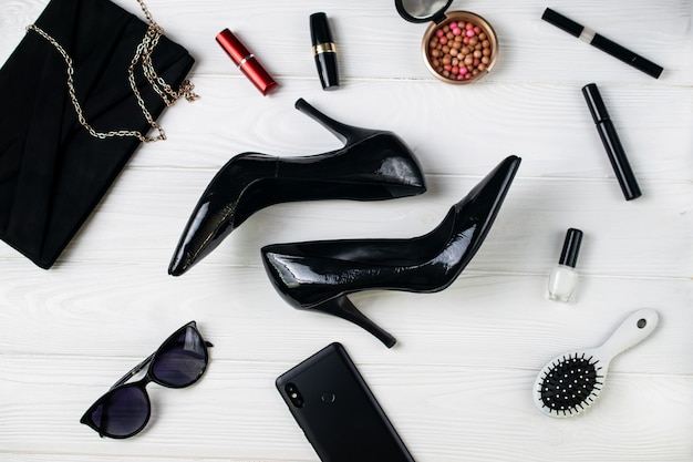 Sapatos de salto alto, bolsa, óculos de sol e cosméticos, acessórios de moda feminina