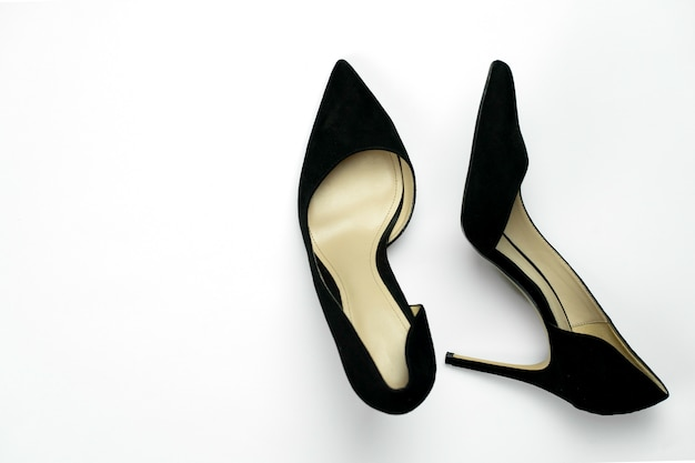 Sapatos de salto alto de couro preto clássico