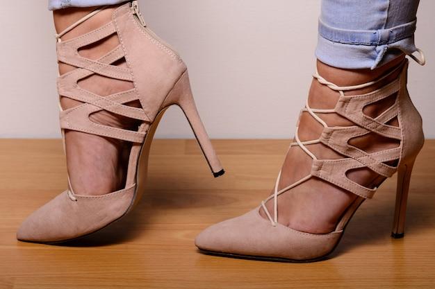 Sapatos de salto alto em camurça marrom claro com cordão