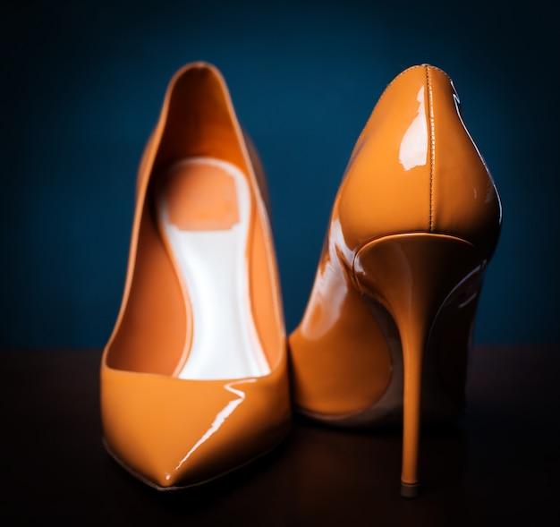 Sapatos de salto alto laranja feminino