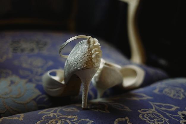 Sapatos de salto alto para mulheres no dia do casamento