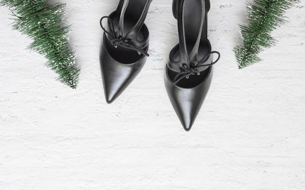 Sapatos de salto alto preto liso leigos e mini árvore de natal
