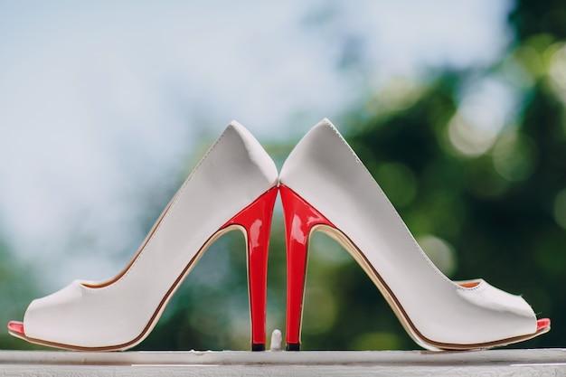Sapatos de salto perto