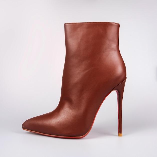 Sapatos de senhora castanhos elegantes