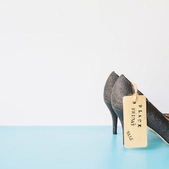 Sapatos de senhora com etiqueta de venda