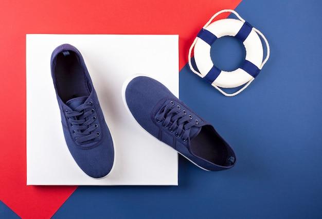 Sapatos de tênis marinho azul sobre backgroung azul, vermelho e branco